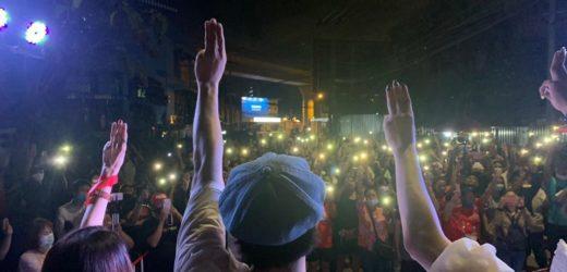 เอมมี่เดอะบอททอมบลูส์  โดนยกเลิกงานคอนเสิร์ตเพราะชัดเจน ในเรื่องของประชาธิปไตย
